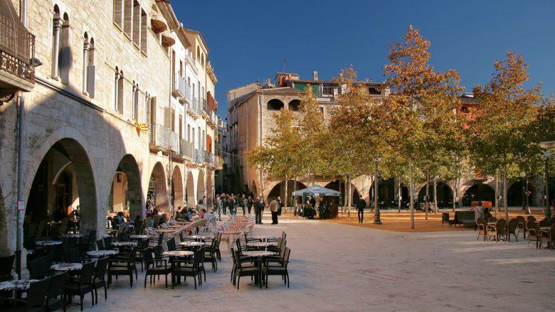 plaza mayor del pueblo de bañolas cataluña