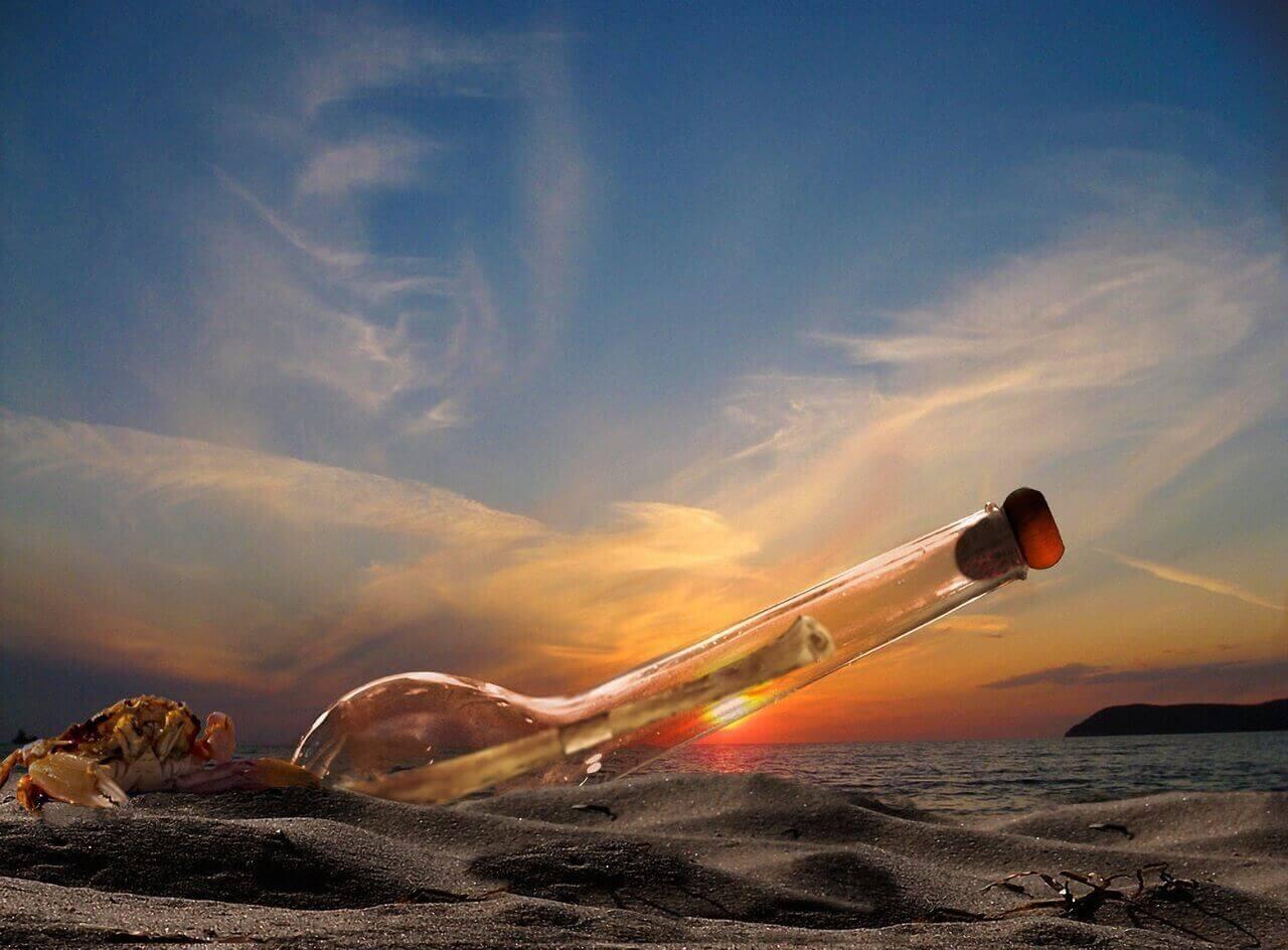 Bouteille dans le sable