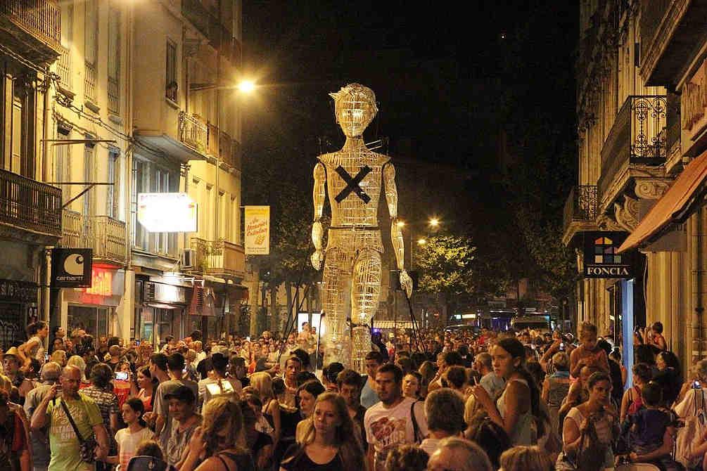 Pyrénées Orientales géant foule centre ville