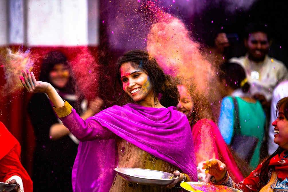 fille indienne poudre couleurs