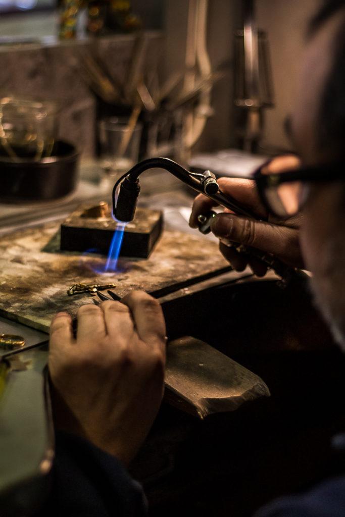 Artisan bijoutier maniant le chalumeau